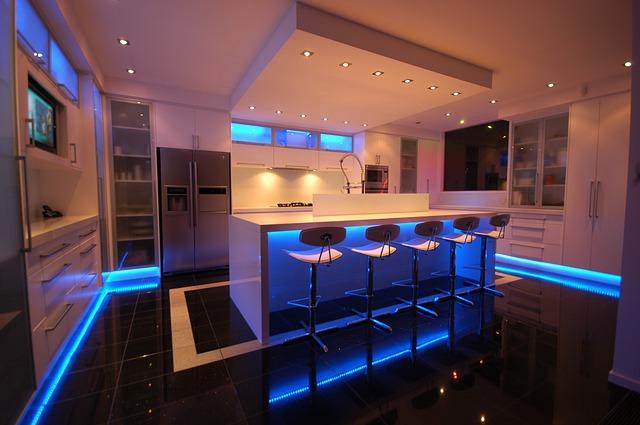 bílá kuchyně, modré osvětlení
