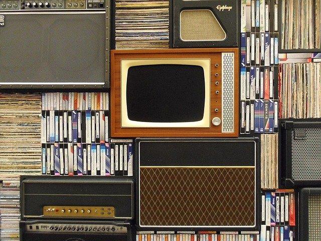 vhs kazety a stará tv