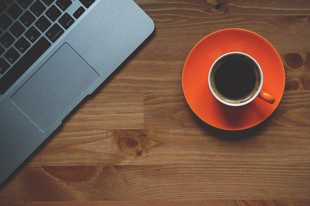 šálek kávy a laptop