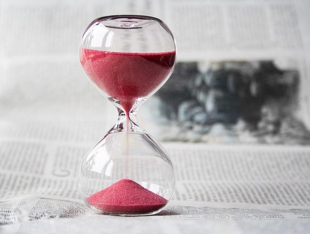 přesýpací hodiny na novinách.jpg